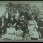 E. G. White com a família em 1913; fila de trás: Mabel White Workman, Wilfred Workman, Henry White, Hebert White, na fileira do meio: D. E. Robinson, Ella Mae Robinson, E. G. White.
