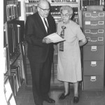 A. L. White and Carrie Johnson, Secretário de Canright, no E. G. White Estate Vault na Universidade Andrews, 17 novembro de 1970, olhando  o testemunho de D.M. Canright